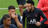 Paris Saint-Germain's Brazilian forward Neymar (R) jokes with Paris Saint-Germain's Brazilian defender Thiago Silva during a training session in Saint-Germain-en-Laye, west of Paris, on August 17, 2019, on the eve of the French L1 football match between Paris Saint-Germain (PSG) and Rennes. (Photo by FRANCK FIFE / AFP)