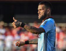 El lateral brasileño Dani Alves reacciona por la forma en como se trata el coronavirus en su país. (Foto Prensa Libre: AFP)
