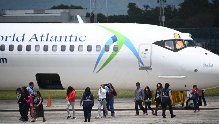 Los migrantes son deportados en avión desde los Estados Unidos. (Foto Prensa Libre: AFP)