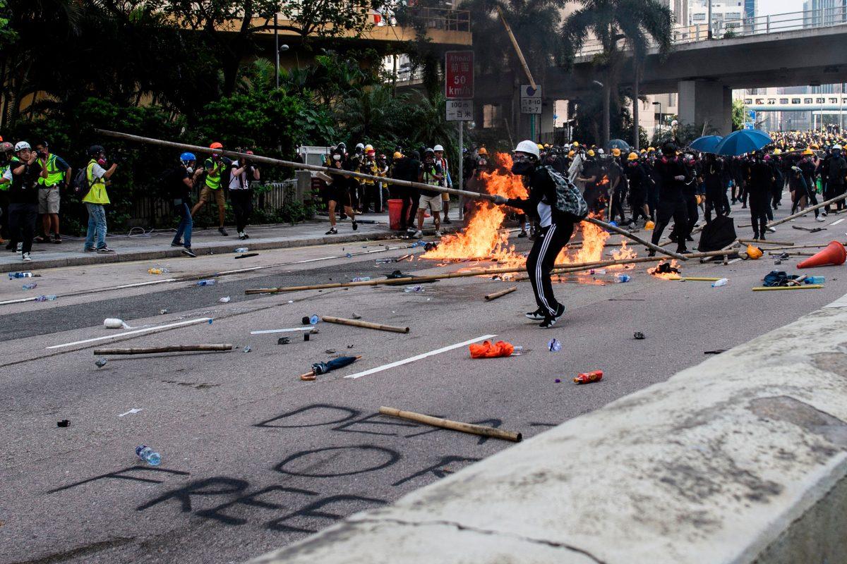 Hong Kong: En medio de bombas de gasolina y gas lacrimógeno ocurre un nuevo enfrentamiento entre manifestantes y policías