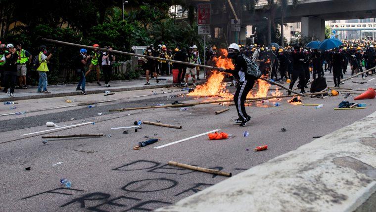 Manifestantes   se enfrentan a la Policí en la bahía de Kowloon en Hong Kong, durante la última oposición a una ley de extradición planificada que se ha transformado en un llamado más amplio por los derechos democráticos en la ciudad semiautónoma.  (Foto Prensa Libre: AFP)