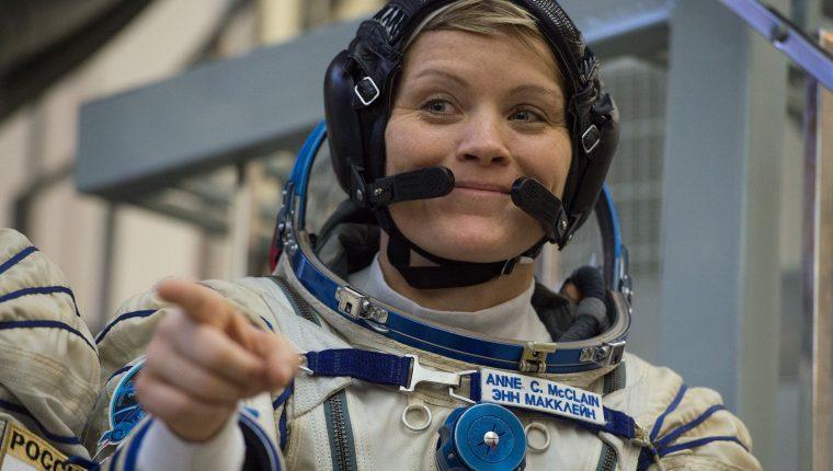 En el 2018, la astronauta Anne McClain participó en un viaje espacial, cuyo fin pretendía realizar la primera caminata femenina de la Nasa, pero la misión fracasó. (Foto Prensa Libre: AFP)