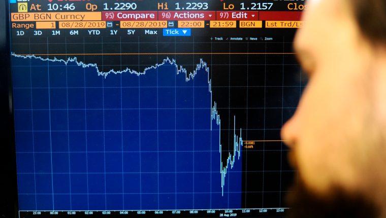 La libra esterlina bajó tras la petición de suspender el Parlamento. (Foto Prensa Libre: AFP)