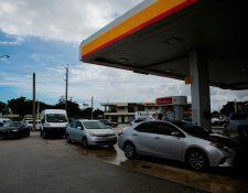 Residentes de Miami esperan llenar combustible, en las horas previas al azote del huracán Dorian. (Foto Prensa Libre: AFP)