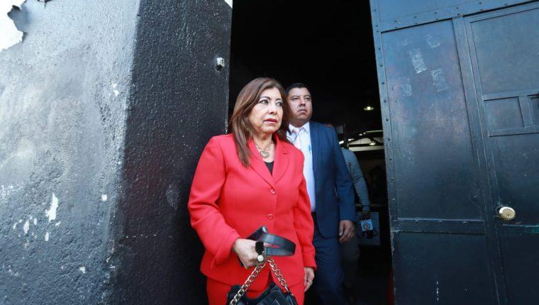 Anabella de León luego de salir de la audiencia en la que fue absuelta. (Foto Prensa Libre: Juan Diego González).