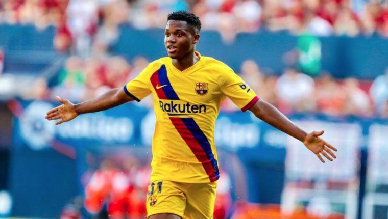 Así festejó Ansu Fati su primer gol con el Barcelona. (Foto Prensa Libre: Twitter FC Barcelona)