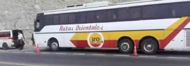 Bus de las rutas Orientales en el que murió baleado el migrante hondureño en la ruta al Atlántico. (Foto Prensa Libre: @Provial).