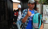 Un grupo de migrantes abordan autobuses para ser repatriados de forma voluntaria a su país de origen. El grupo sera conducido hasta Ciudad de México para luego volver a su origen por vía aérea, informaron autoridades del albergue. (Foto Prensa Libre: EFE)