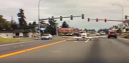 Momento en que el avión aterriza en la avenida del Pacífico, en Parkland, Washington. (Foto Prensa Libre: Tomada del video de Q13 FOX).