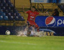 La lluvia acompaño casi todo compromiso entre albos y toros. (Foto Prensa Libre: Carlos Hernández)