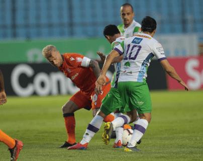 Pablo Aguilar y Jairo Arreola de Antigua GFC pelean el balón con el capitán del Forge FC Kyle Bekker. (Foto Prensa Libre: Norvin Mendoza)