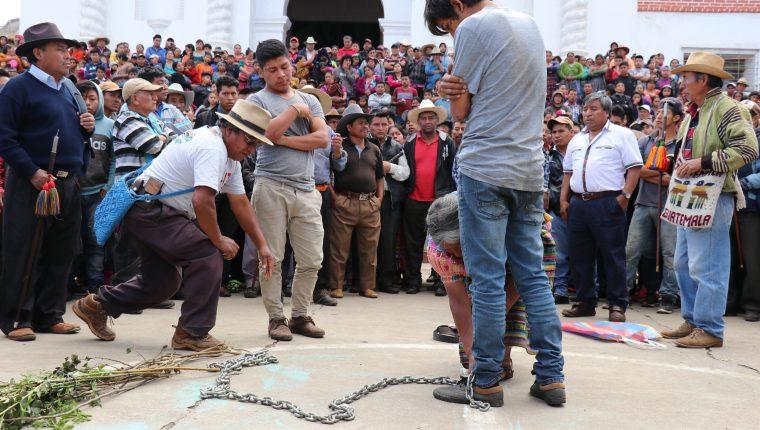 Juan Zapeta, alcalde indígena de Santa Cruz del Quiché, azota a un joven acusado de haber robad. (Foto Prensa Libre: Héctor Cordero)