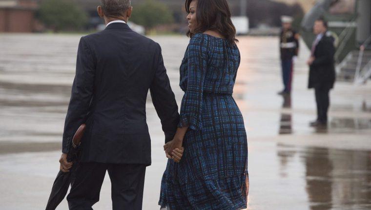 Barack Obama, presidente de EE. UU., toma la mano de su esposa Michelle, en una aparición pública. (Foto Prensa Libre: Hemeroteca PL).