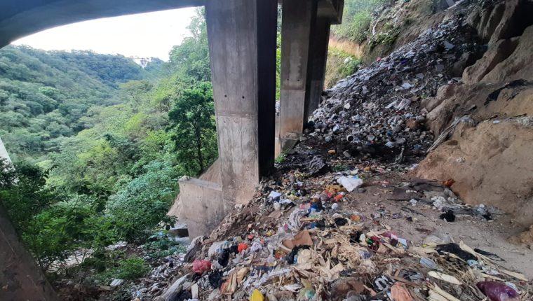 Basurero clandestino en una de las bases del puente El Naranjo. (Foto Prensa Libre: Andrea Domínguez).