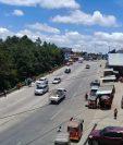 Automotores circulan con normalidad en el km 110 de la ruta Interamericana, Chichicastenango, Quiché, luego de que fue retirado el bloqueo. (Foto Prensa Libre: Héctor Cordero).