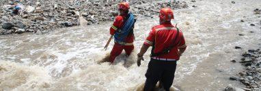 Los equipos de rescate buscan a las víctimas. (Foto Prensa Libre: Esbin García)