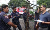 Marcelo Valle, abogado de la Asociación Pro Bomberos Municipales de Antigua Guatemala, notifica a un grupo de socorristas sobre la resolución judicial. (Foto Prensa Libre: Julio Sicán)