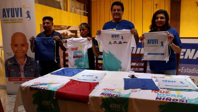 Voluntarios de Ayuvi invitan a participar en una carrera a beneficio de niños con cáncer, en Huehuetenango. (Foto Prensa Libre: Mike Castillo)