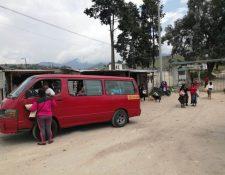 Las personas que estaban de visita en la Granja Penal Cantel fueron evacuadas por el  suceso. (Foto Prensa Libre: María Longo)