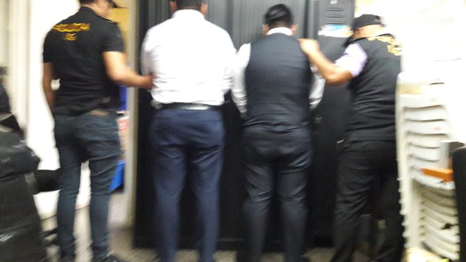 Las dos personas capturadas por posible caso de corrupción en el Departamento de Tránsito de la PNC. (Foto Prensa Libre: @MPguatemala).