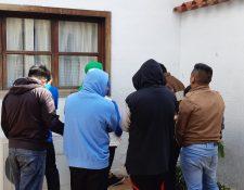 Algunos de los presuntos estafadores capturados en Santiago Sacatepéquez y San Juan Sacatepéquez. (Foto Prensa Libre: Julio Sicán).