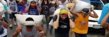 Competidores ponen a prueba su resistencia física en la carrea Hombres de Maíz, en Tactic. (Foto Prensa Libre: Tomada de video).