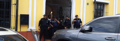 Autoridades durante los cateos en la comuna de Escuintla por posible acto de corrupción. (Foto Prensa Libre: Enrique Paredes).