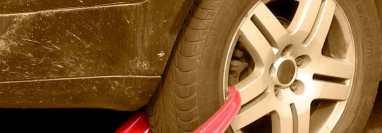 Los inmovilizadores de vehículos para ser retirados requieren el pago de una multa de Q500. Fotografía: Prensa Libre.