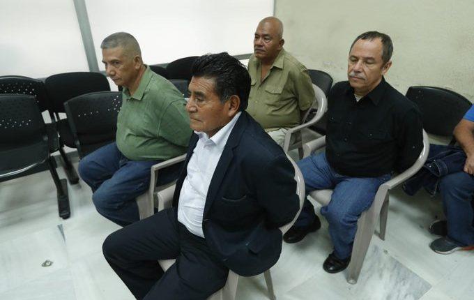 Los cuatro detectives de la extinta Policía Nacional escuchan la sentencia en su contra por la muerte de detective que investigaba el caso Myrna Mack. (Foto Prensa Libre: Esbin García).
