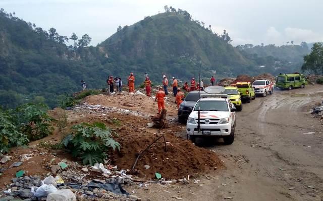 Como parte de las acciones de búsqueda de los menores desaparecidos en la zona 7, se ha instalado un Puesto de Comando a la orilla de este río de aguas residuales en Chinautla. (Foto Prensa Libre: Conred).