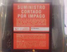 En uno de los contadores de energía eléctrica un rótulo advierte de que el servicio fue cortado por impago. (Foto Prensa Libre: Eduardo Sam).