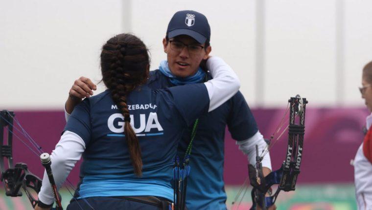 Los atletas guatemaltecos celebraron la medalla de plata. (Foto Prensa Libre: Cortesía COG)