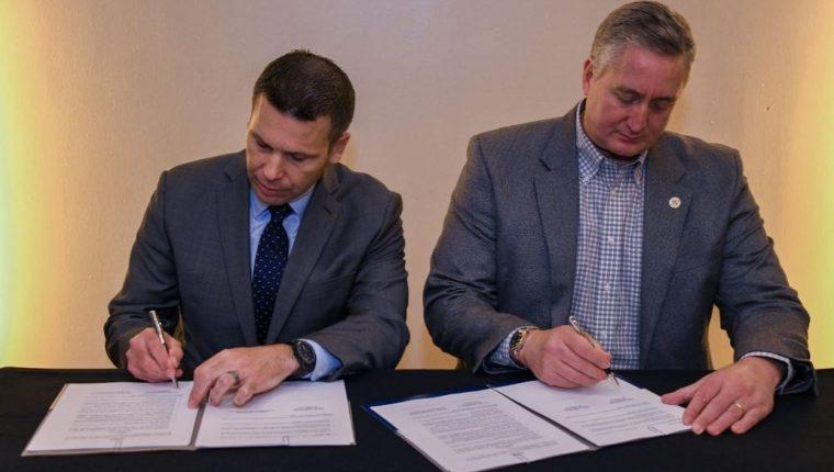 Kevin McAleenan, secretario de Seguridad Nacional de Estados Unidos, y Enrique Degenhart, ministro de Gobernación de Guatemala, firman el convenio para prevenir y combatir delincuencia y otras amenazas a la seguridad pública. (Foto Prensa Libre: @DHSMcAleenan).