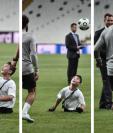 Mohamed Sala compartió unos momentos con un niño con capacidades especiales. (Fotos Prensa Libre: AFP)
