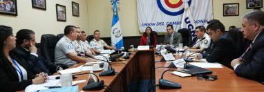 Funcionarios del Ministerio de Gobernación y el Sistema Penitenciario participan en una citación con miembros de la Comisión de Gobernación del Congreso. (Foto Prensa Libre: Carlos Álvarez)