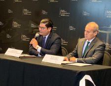 Janio Rosales, director ejecutivo de Cámara Guatemalteca de la Construcción y Mario Orellana, gerente general de Cementos Progreso presentaron las bases del premio. (Foto Prensa Libre: Cortesía)