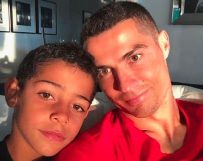 Cristiano Ronaldo junto a su hijo mayor Cristiano Jr. en una fotografía de archivo. (Foto Prensa Libre: Instagram @cristiano)