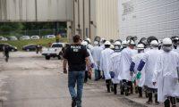 Las redadas fueron en plantas de procesamiento de alimentos. (Foto Prensa Libre: ICE)