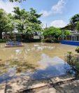 Uno de los inmuebles afectados por las inundaciones en Puerto Barrios. (Foto Prensa Libre: Dony Stewart).