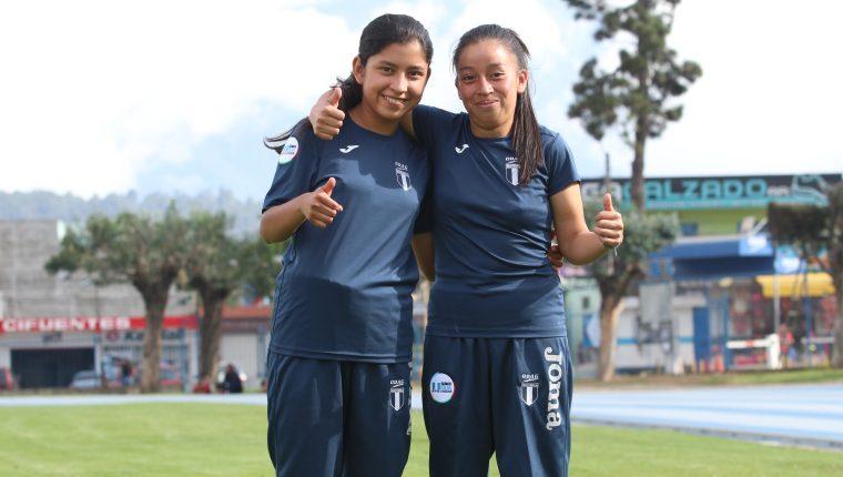 Ericka Esteban y Matha Canastuj viajaron ilusionadas por tener una buena actuación en la justa continental. (Foto Prensa Libre: Raúl Juárez)