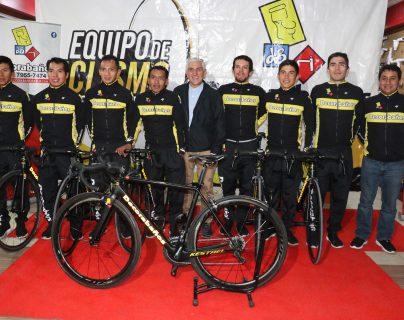Los ciclistas posaron con las nuevas adquisiciones junto con el entrenador Alejo Mazariegos y René Cifuentes -centro- representante del equipo. (Foto Prensa Libre: Raúl Juárez)