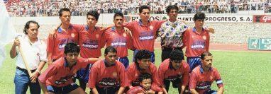 Jaime Batres -primero de la derecha- fue el capitán del equipo histórico de Xelajú que levantó la copa en el estadio La Pedrera ante Comunicaciones. (Foto Prensa Libre: Cortesía)