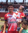 El jugador acostumbra a salir en cada juego con sus tres hijos. Maxibel es la menor. (Foto Prensa Libre: Cortesía)