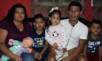 Jorge Sánchez Laparra junto a su esposa y sus tres hijos conviven en su hogar. (Foto Prensa Libre: Cortesía Amir Cifuentes)