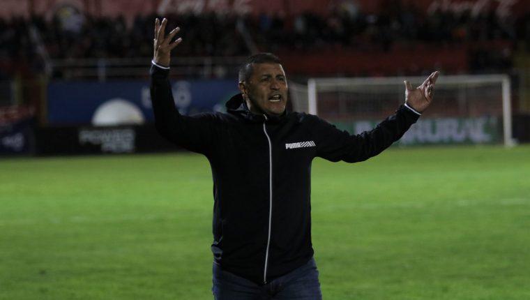 El técnico Walter Horacio González, ha dirigido 15 partidos con Xelajú, y mantiene una efectividad de siente victorias, cinco empates y tres derrotas. (Foto Prensa Libre: Raúl Juárez)