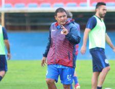 Walter Horacio González les ha trasmitido a los jugadores que sean más agresivos y combativos dentro del terreno de juego. (Foto Prensa Libre: Raúl Juárez)