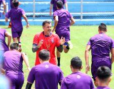 Ezequiel Barril, durante el entrenamiento de Municipal. (Foto Prensa Libre: Francisco Sánchez)