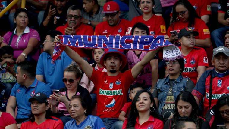 La afición escarlata le dio el  respaldo a su equipo contra Mixco en la fecha 5. (Foto Prensa Libre: Carlos Vicente)