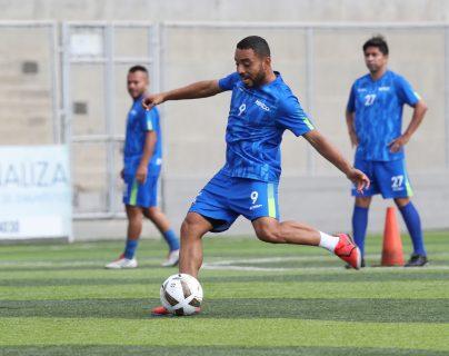 Bryan Ordóñez, jugador de Deportivo Mixco, cumple con un entrenamiento en el estadio Santo Domingo. (Foto Prensa Libre: Francisco Sánchez).