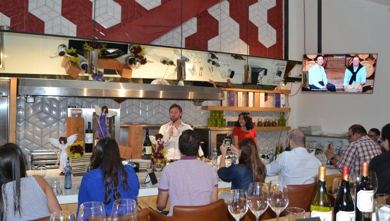 El enólogo de Viña Montes Gustavo Hormann capacitó a clientes y personal de la Vinoteca. Foto Norvin Mendoza